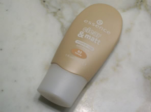Essence Fondotinta Clear and Matt